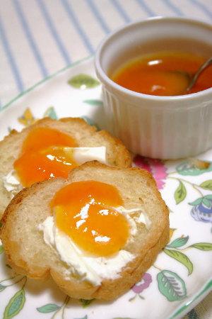 パンにクリームチーズと杏ジャム、ウマ~イ!