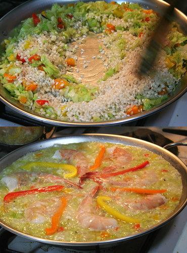 具とお米を炒めて、熱いスープを注いで、炊きます。