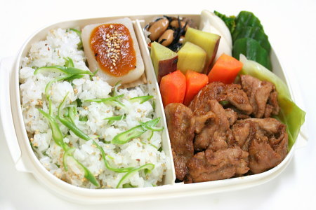 豚肉の生姜焼きとしらすといんげんの混ぜご飯弁当