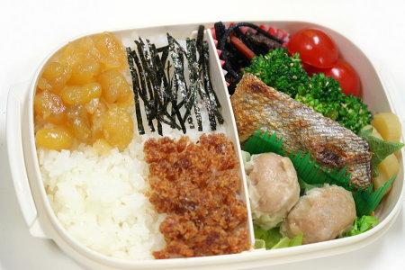 鮭の西京焼き、富貴豆とかつおでんぶのお弁当