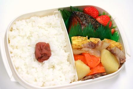 西京漬けの鮭と肉じゃがのお弁当