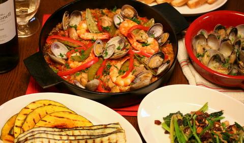 おうちで手軽に楽しむスペイン料理。パエリヤ、野菜のグリル、あさりの白ワインソース煮、ほうれん草のカタルーニャ風