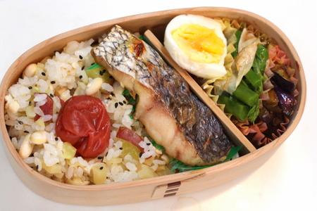 真鯛の塩焼きと大豆とさつまいもの炊き込みご飯弁当